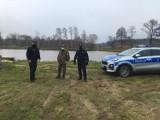 Policja i straż rybacka kontroluje wędkarzy na terenie powiatu ostrowskiego