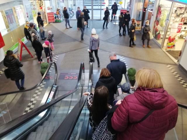 Przed sklepami działającymi w galerii Mini Park w Goleniowie 28 listopada ustawiały się spore kolejki
