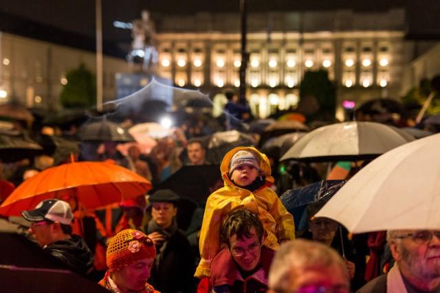 """""""Wszystkie światła na Prezydenta"""". Co w nocy działo się pod Pałacem Prezydenckim? [ZDJĘCIA]  Zobaczcie też: Czarny protest na placu Zamkowym. Tysiące protestujących kobiet na starówce [ZDJĘCIA]"""