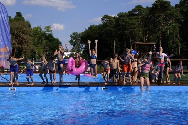"""W piątkowe popołudnie odbyła się kolejna impreza z cyklu """"All Day Beach Party"""". Zabawa w wodzie miała miejsce w letnich basenach w parku miejskim. Wśród wielu innych atrakcji znalazły się m.in. nurkowanie z akwalungiem, mecze piłki wodnej, a także muzyka grana przez DJ-a. Kolejne """"All Day Beach Party"""" odbędzie się w sierpniu Na Skarpie.  Zobacz więcej zdjęć ---->"""