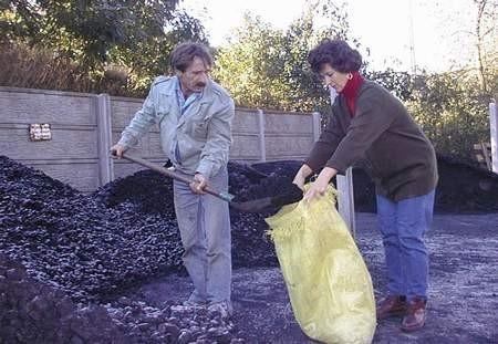 W gniewskim składzie opału klienci kupują tyle węgla, na ile ich stać, zwykle małymi porcjami. Marzena Machura sprzedaje węgiel Henrykowi Jurczykowi.