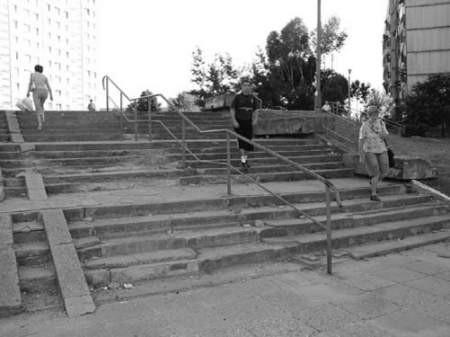 Korzystanie z tych schodów jest mocno ryzykowne.