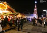 Największa choinka w mieście i parada Mikołajów na Jarmarku Bożonarodzeniowym [ZDJĘCIA]