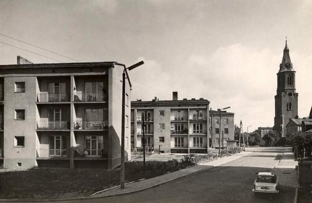 Bloki mieszkalne przy ul. Mickiewicza na przełomie lat 60 i 70. W tle dzwonnica kościelna