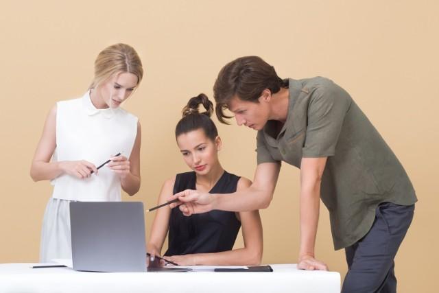 Z raportu Michael Page wynika, że już sześciu na dziesięciu zatrudnionych może pracować zdalnie. Pracownicy chętnie korzystają z tego przywileju – co trzeci badany pracuje zdalnie co najmniej 4 razy w miesiącu, a 35% – średnio raz w miesiącu lub rzadziej. Niektóre zawody szczególnie sprzyjają takiej formie zarobkowania. Jeżeli lubisz pracę poza biurem, a jednocześnie zależy ci na ciekawym zajęciu, ukierunkuj swoją przyszłość na konkretny cel. Firma Randstad sprawdziła, w jakich branżach i zawodach można znaleźć najwięcej ofert pracy zdalnej.