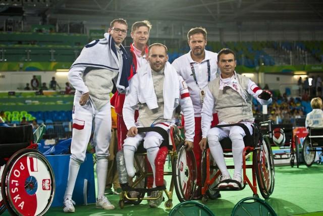 W 2016 roku w Rio de Janeiro Dariusz Pender (w środku) wywalczył dwa medale: srebrny w drużynowym turnieju floretu (razem z Michałem Nalewajkiem i Jackiem Gaworskim) i brązowy w drużynowym turnieju szpady (z Michałem Nalewajkiem i Kamilem Rząsą).