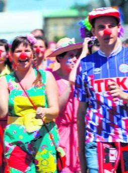 W ramach Dnia Czerwonego Noska clowni próbują nieść uśmiech w całym mieście