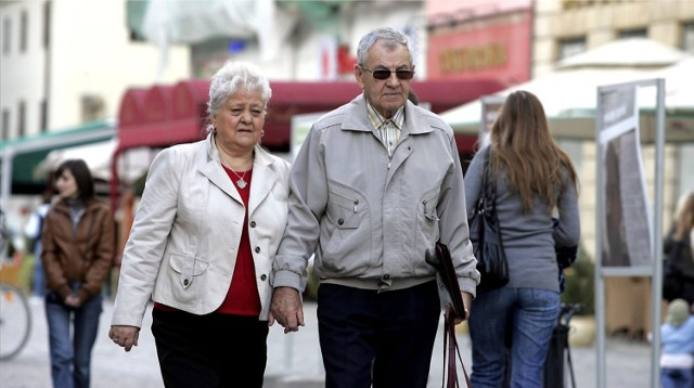 Już niebawem seniorzy otrzymają spory zastrzyk gotówki. Zbliża się termin wypłat czternastej emerytury. W odróżnieniu od trzynastej emerytury nie wszyscy jednak dostaną tyle samo. Wszystko zależy od wysokości standardowego świadczenia z ZUS. Poznajcie wyliczenia i daty wypłat!  Czytaj dalej. Przesuwaj zdjęcia w prawo - naciśnij strzałkę lub przycisk NASTĘPNE