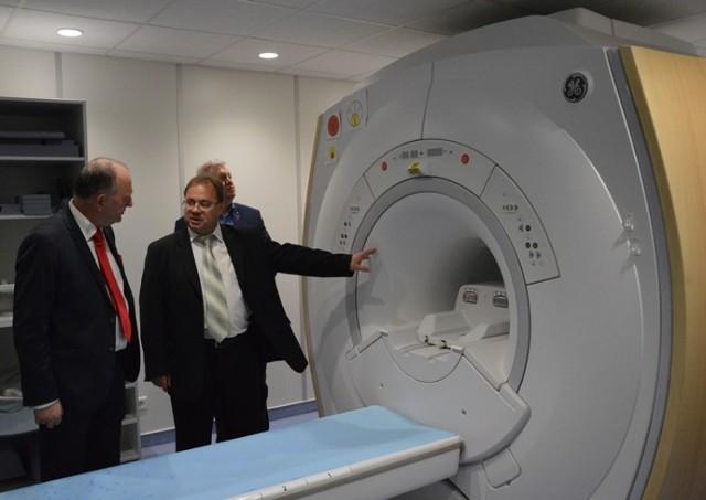 Radiolog Wiesław Guz (w środku) prezentuje nowy nabytek - rezonans magnetyczny o polu 1,5 tesli