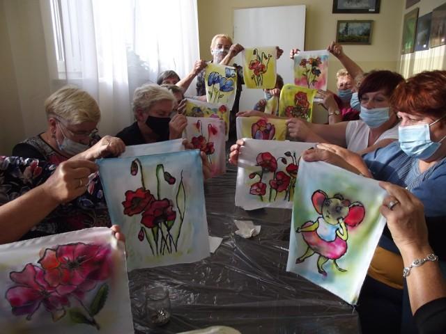 Na warsztatach zorganizowanych przez Ośrodek Kultury Gminy Gorlice seniorki malowały obrazy na jedwabiu