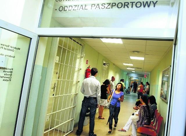 Nawet 800 osób dziennie przychodzi po nowy paszport