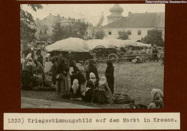 Fotografie ze zbiorów Austriackiego Archiwum Państwowego przedstawiające Krosno i okolice. Nz. Rynek.