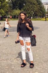 Street Fashion cz. 9. Klapki z puszkiem są modne. Podobają się Wam? [ZDJĘCIA]