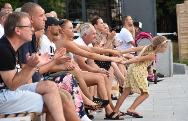 Trochę słońca i zielonogórski deptak latem ożywa. Zapełniają się rozmaite ogródki, co rusz spotykamy ulicznych muzyków. Do tego dochodzą imprezy organizowane choćby w ramach Lata Muz Wszelakich.  Zobaczcie, co się działo na zielonogórskim deptaku w czwartek, 6 sierpnia 2020 r. Na pl. Teatralnym w ramach Lata Muz Wszelakich zagrał zespół Echa. Ale muzykę słychać było nie tylko tam.   Co się działo na zielonogórskim deptaku w piątek, 31 lipca 2020 r.?