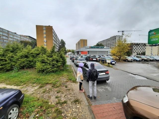 Kolejka do punktu drive-thru na osiedlu Paderewskiego