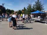 Szamotuły. Kolejka rowerzystów i rowerzystek przed komendą powiatową. Za czym stoi?