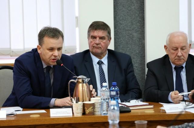 Domy, samochody, zarobki, oszczędności - sprawdziliśmy stan posiadania władz miasta Piotrkowa. Sprawdź co mają →