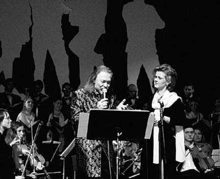 """Podczas wykonania fragmentu """"Wesela"""" z muzyką Marka Grechuty: od prawej Małgorzata Siadlak i Marek Bałata."""