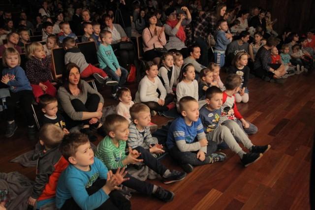 Zamkowe Lato dla dzieci 2020 rozpoczyna się 14 lipca i potrwa do 13 sierpnia. Dzieci wezmą udział w warsztatach, spektaklach oraz zajęciach plastycznych i artystycznych. Atrakcje będą dostępne dla przedszkolaków oraz uczniów.