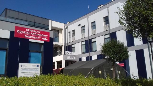 W ankiecie, którą muszą wypełnić osoby chcące otrzymać pomoc medyczną w szpitalu w Brodnicy należy podać swoje dane osobowe oraz przekazać informacje o tym, czy ma się zauważalne objawy zarażenia koronawirusem