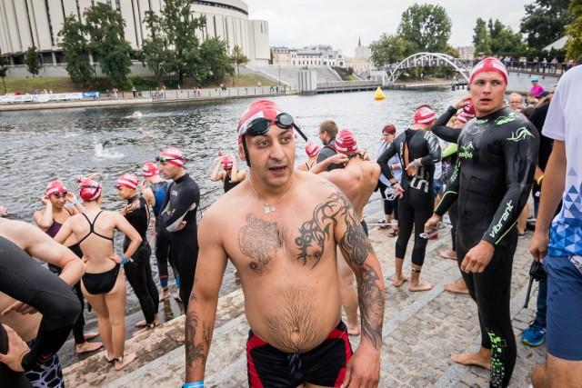 Woda Bydgoska jak co roku organizowana jest 15 sierpnia. Tym razem wzięło w niej udział ponad 500 osób, które stratowały na trzech dystansach (650 m, 1600 i 2800 m).   Dodatkową konkurencją było  Fun SwimRun. - Czyli połączenie trzech odcinków pływackich z dwoma odcinkami biegowymi - wyjaśniają  w bydgoskim ratuszu. - Dodatkowym urozmaiceniem rywalizacji są ustawione na trasie przeszkody. Zawodnicy mają do pokonania łącznie 4160 m. Limit czasu ustalono na 120 minut.   Rosnąca liczba utonięć w Polsce: Jak zapobiec tragedii?