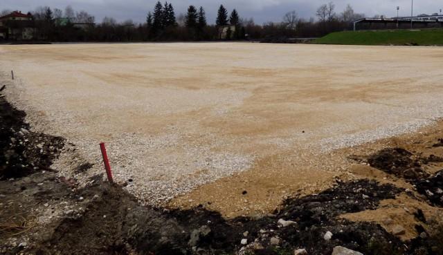 Rozkopany buski stadion czeka na nowego wykonawcę. Po czwartkowym otwarciu ofert w przetargu widać, że znaleźć go nie będzie łatwo.