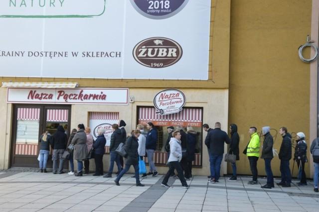 Nie zjeść pączka w tłusty czwartek to grzech! W czwartek, 28 lutego, od samego rana zielonogórzanie ustawiają się, aby zakupić pyszne wypieki. Wygląda na to, że najdłuższa kolejka w Zielonej Górze znajduje się przy pączkarni naprzeciwko Lubuskiego Teatru.    Punkt sprzedaży przy teatrze jest dziś otwarty od godz. 6.00. I już od samego rana przyciąga tłumy. Pani Anna z Zielonej Góry, aby zakupić swoje ulubione pączki stała w kolejce 45 minut. - Moim zdaniem warto było tyle czekać. Tutaj są najlepsze pączki w mieście - mówi zielonogórzanka. - Większość osób z tego, co widziałam od razu kupuje po kilka sztuk, ale jeden pan stał tyle czasu w kolejce, aby ostatecznie wziąć tylko jednego pączka!       Zobacz również: Pączkowe szaleństwo. Dwie godziny stania w kolejce [ZDJĘCIA]