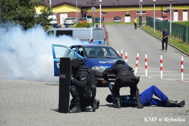 Policjanci ćwiczyli w szkole w Świerklanach