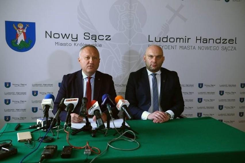 Prezydent Ludomir Handzel (po lewej) musiał cofnąć...