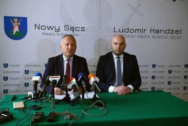 """Prezydent Ludomir Handzel (po lewej) musiał cofnąć wcześniejsze zarządzenie w sprawie wprowadzenia """"Systemu Identyfikacji Wizualnej Miasta Nowego Sącza – Księgi Znaku"""""""