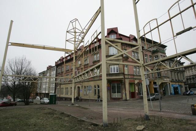 A to rynek w Mysłowicach i słynna już stalowa instalacja, atrapa wyburzonych tu przed laty kamienic.