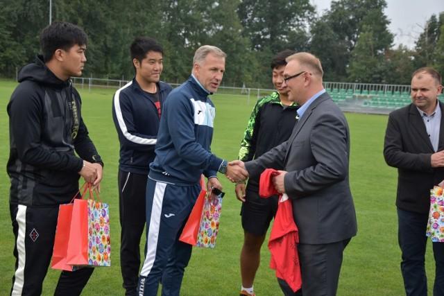 W podziękowaniu za gościnę starosta Marcin Kosiorek otrzymał od Chińczyków koszulkę z podpisami młodych piłkarzy z Pekinu