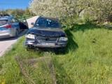 Wypadek w Kierzkowie (gmina Żnin). Pijany kierowca uszkodził inny samochód, a potem wjechał w ogrodzenie