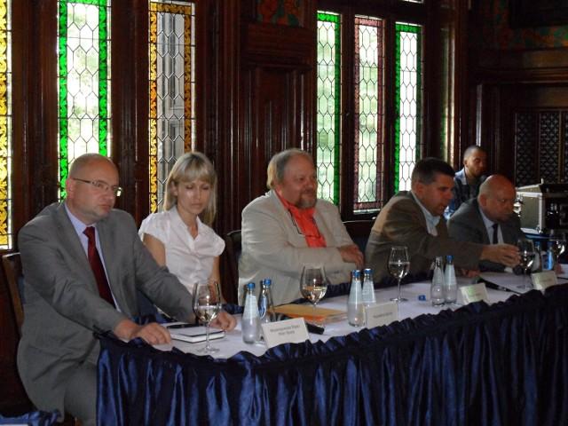 Uczestnicy debaty w Promnicach