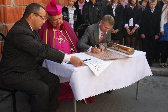 Pod aktem erekcyjnym podpisał się (od lewej) Tomasz Rogala, bp Jan Bernard Szlaga i Witold Ossowski