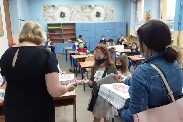 Zakończenie roku szkolnego w SP nr 1 w Chybiu. Przesuwaj gestem lub za pomocą strzałki, by zobaczyć kolejne zdjęcie