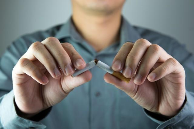 Zrywanie z nałogiem tytoniowym z pewnością nie należy do łatwych i przyjemnych procesów. Mimo wszystko zdecydowanie warto rozpocząć walkę ze swoimi słabościami przede wszystkim z uwagi na swoje zdrowie. Nie należy również pomijać korzyści ekonomicznych, wynikających z rzucenia palenia papierosów – jak pokazują badania, to właśnie ten aspekt jest głównym motywatorem osób, które decydują się zerwać z nałogiem!