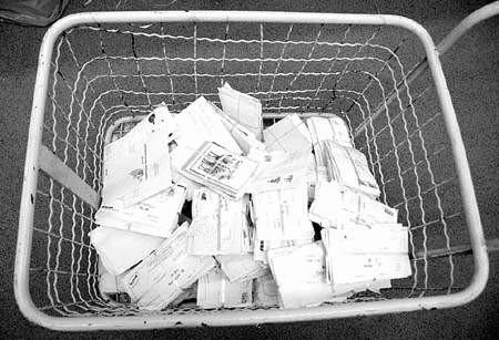 Do codziennego koszyka poczty cieszyńskiej trafia spora paczka korespodencji starostwa.  fot. adam nocoń