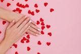 Paznokcie na walentynki 2021: modne wzory, kolory. Walentynkowe paznokcie to nie tylko czerwień! Inspiracje, stylizacje na Walentynki 2021