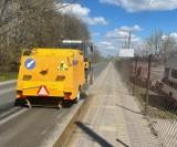 Wiosenne sprzątanie miasta. Ekipa sprzątająca usuwa pozimowe zanieczyszczenia z jezdni i chodników