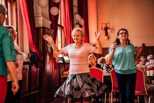 Już od początku lipca w każdy piątek w Starochorzowskim Domu Kultury zrobiło się głośno! Placówka organizuje dla mieszkańców wiele wydarzeń kulturowych. Przeczytaj co przygotował Starochorzowski Dom Kultury na nadchodzący piątek.