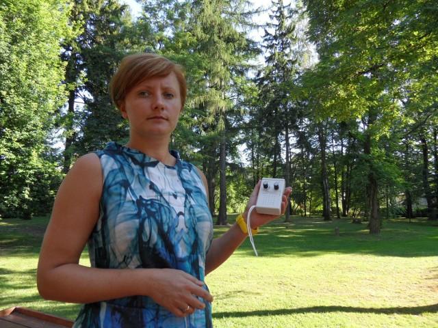 Izabela Strzebońska z Fundacji im. Zofii Kossak prezentuje niewielki detektor, który pozwoli śledzić nietoperze