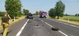 Wypadek na DK-11 w Budzyniu. Mercedes uderzył w tira. Ciężarówka w rowie.