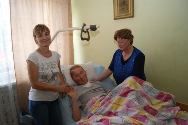 Tomasz Przybysz z Kurzeszynka z żoną Dorotą i mamą Zofią. Rodzina prosi o pomoc w zebraniu pieniędzy na wózek z pionizatorem dla pana Tomka