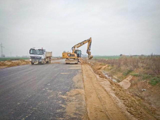 Na budowie drogi ekspresowej S5 na odcinku Dworzysko-Aleksandrowo, trwają prace ziemne, przebudowa linii elektrycznych, budowa nasypów i skarp, zagęszczanie podłoża drogi i układanie warstw wiążących.