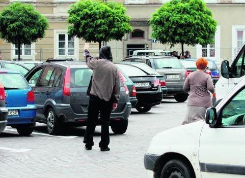 """To parking, na którym kierowcy płacą podwójnie:  za strefę i za """"opiekę"""" nad autem"""
