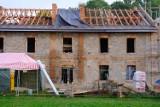 Zniszczona kamienica w Ostrowcu jeszcze posłuży mieszkańcom. Powstają w niej lokale socjalne (ZDJĘCIA)