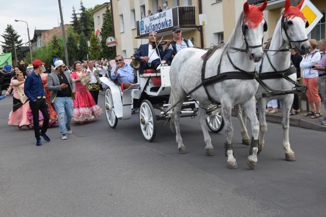 Wielka parada w Ciechocinku przyciągnęła tysiące osób. 1 maja mieszkańcy i turyści  uczcili rozpoczęcie sezonu letniego.