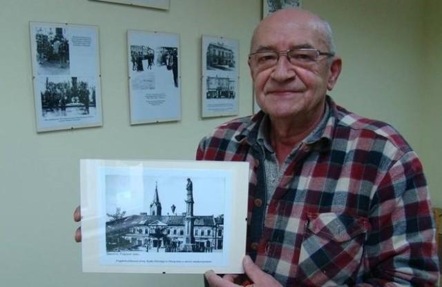 Przewodniczący Rady Osiedla Stare Miasto Bogusław Sobala z przedwojennym zdjęciem Rynku Głównego, nad którym górował pomnik św. Jana Nepomucena.