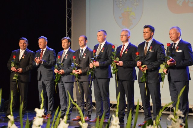 Odznaczenia przyznane przez Prezydenta Rzeczypospolitej Polskiej Andrzeja Dudę wręczył wicewojewoda łódzki Karol Młynarczyk.